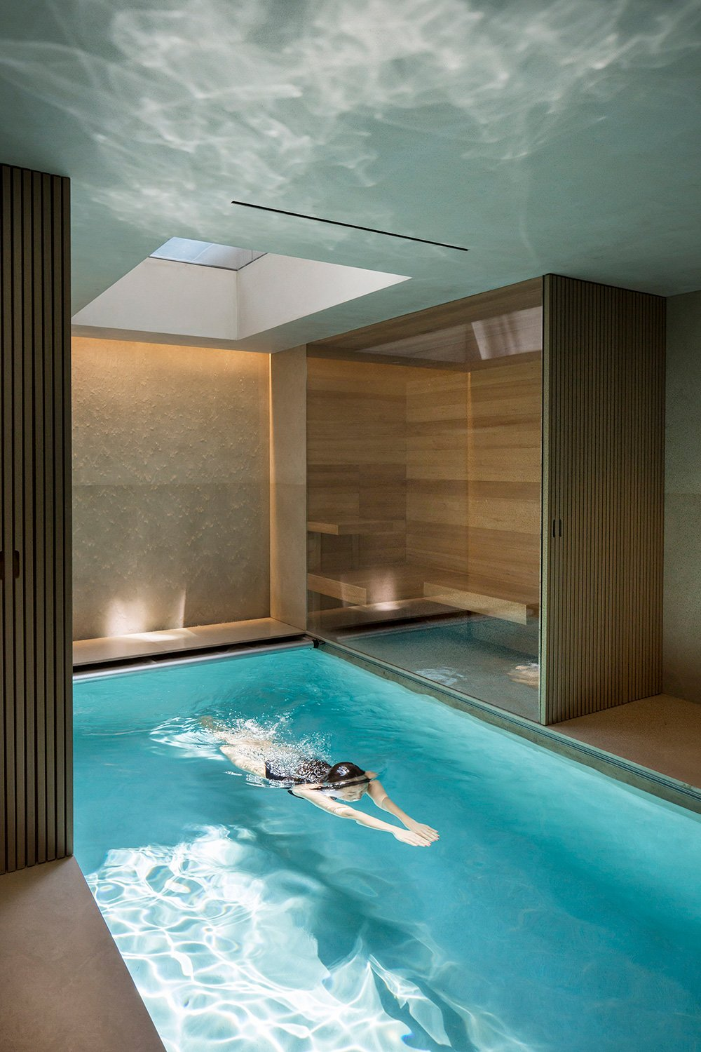 The natural lighting in the pool, guaranteed by a skylight, offers a dramaticity to this ambience. Filippo Bamberghi