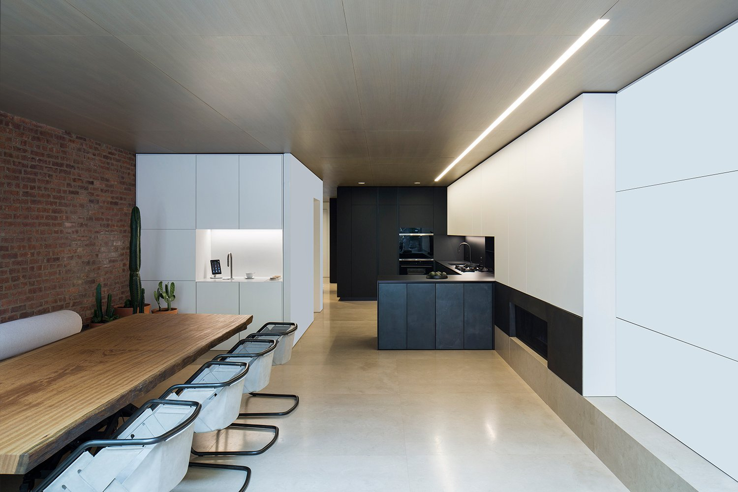 This kitchen, with its black counter and cabinets, differs from the traditional Studio's light shades. Filippo Bamberghi
