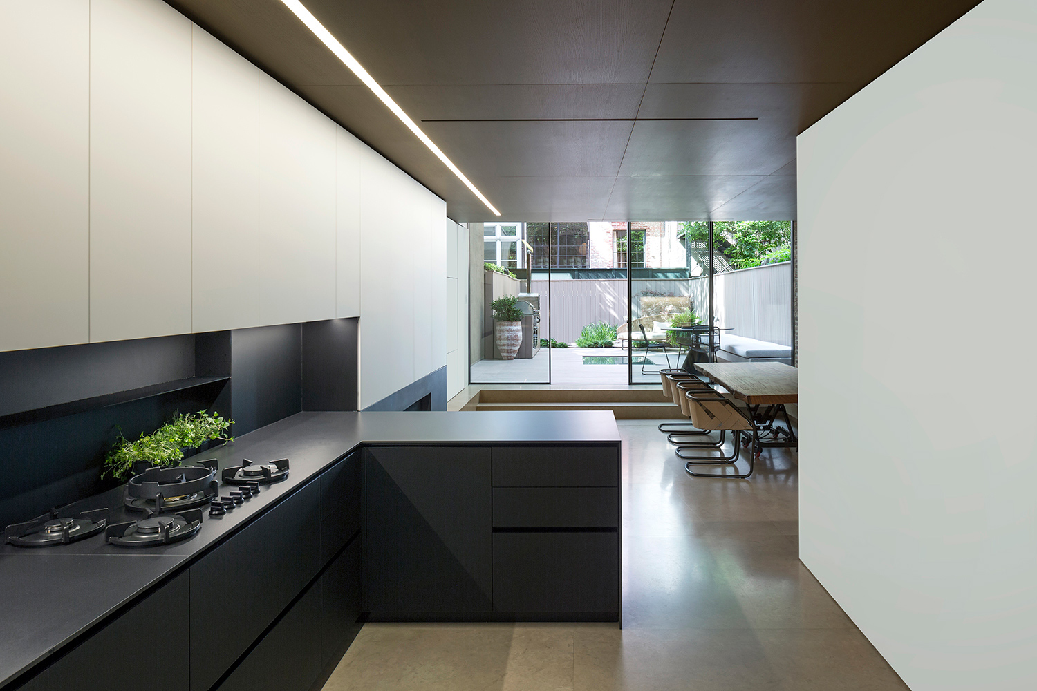 To complement the dark atmosphere of the kitchen, white panels and woodwork brought lightness to the environment. Filippo Bamberghi
