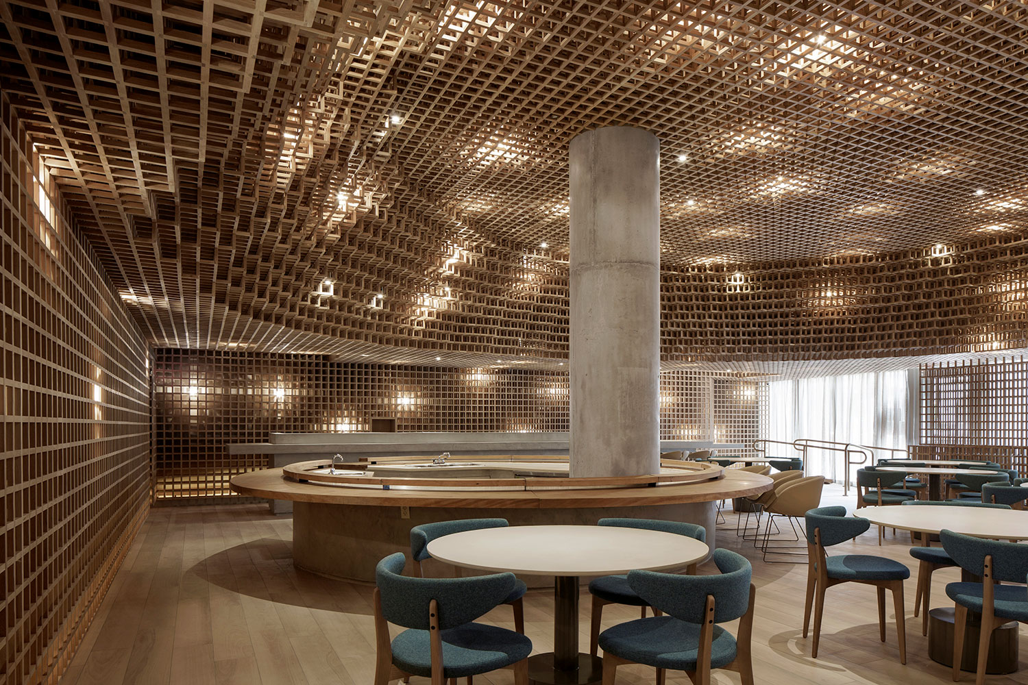 Kosushi is able to achieve beauty through the use of light and oak cubes, creating a uniqueambience. Filippo Bamberghi