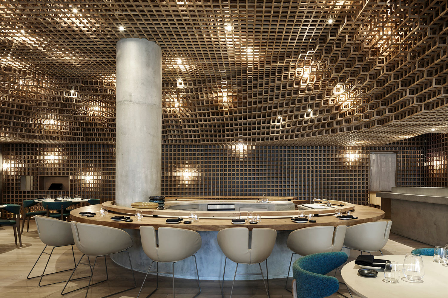 The organic shapes of the sushi bar and the table area bench contrast with the orthogonal lines of the low ceiling wood structure, in order to achieve visual balance and harmony. Filippo Bamberghi