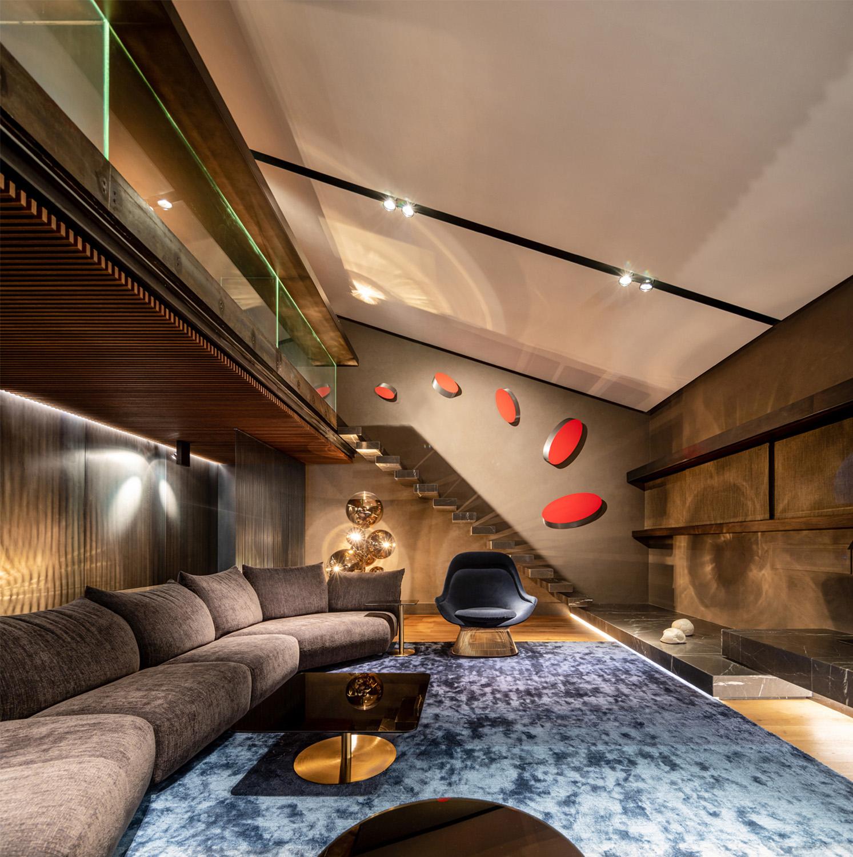 Lo spazio a doppia altezza del soggiorno con la scala a sbalzo che porta al soppalco studio Fernando Guerra FG+SG