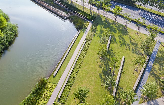 The flexible open space offers an opportunity for gatherings, as well as a panoramic view of the canal landscape. Insaw Photography