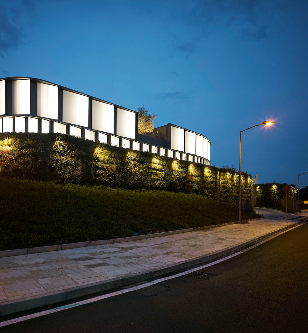 The façade system envelops the sinuous volumes and make the building recognizable also by night Pietro Savorelli