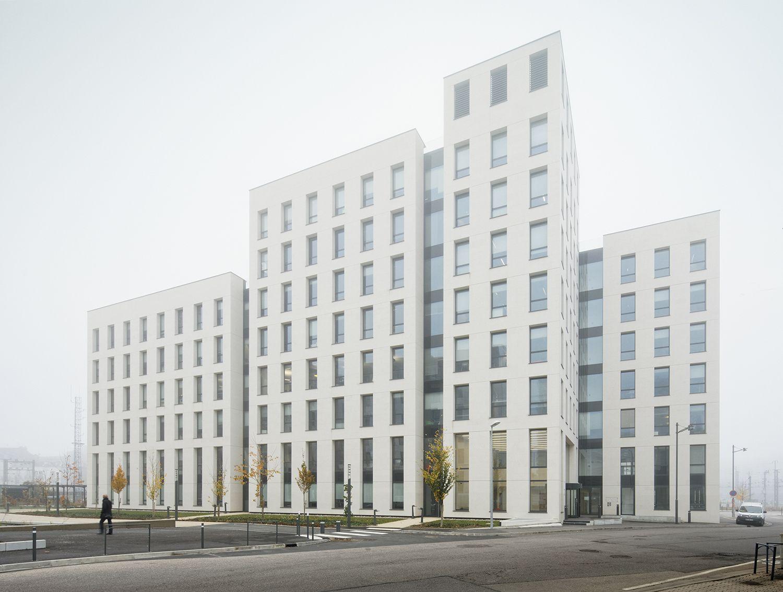 A building that unifies and connects four volumes © Takuji Shimmura Takuji Shimmura