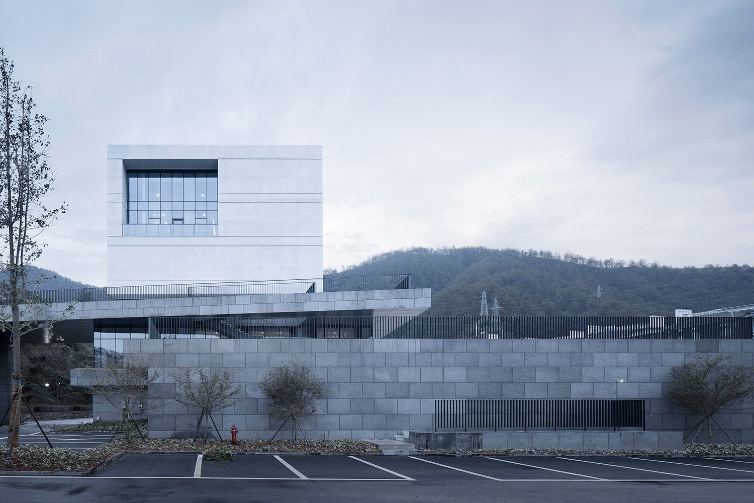 Relationship between the building and the mountain ©Zhao Qiang
