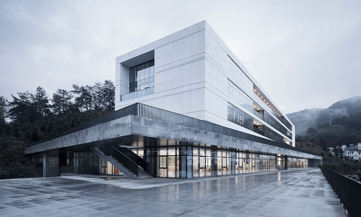 Relationship between the building and the mountain on the 2nd floor platform ©Zhao Qiang