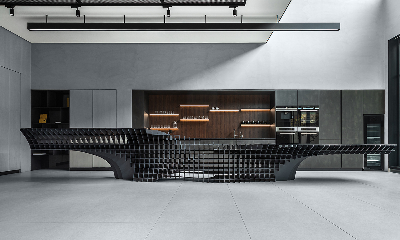 The black steel panels form the curvaceous unit. The layering of geometric shapes is distorted and divided like an organic morphology of water bar, information desk, and the long dining table. 9Studio Design Group