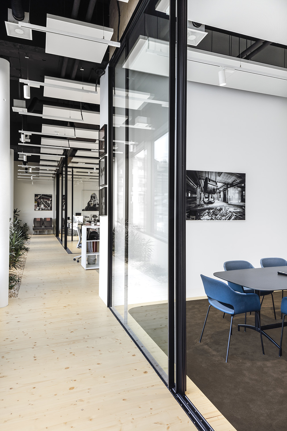 Large full-height glass partitions allow for unobstructed views and allow light to travel. Delphine Burtin