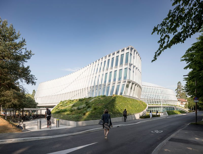 The dynamic, undulating façade appears different from all angles, conveying the energy of an athlete in motion. © 2019 / International Olympic Committee (IOC) / 3XN / IttenBrechbühl / MØRK, Adam - All rights reserved.