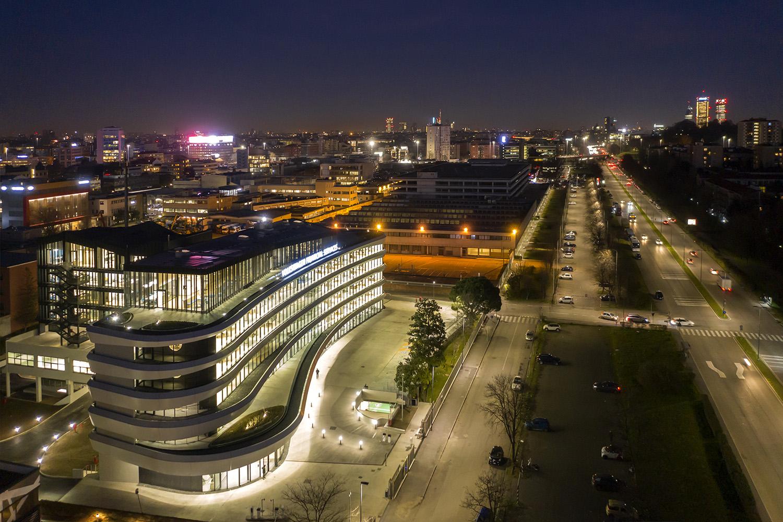 Vista notturna edificio su Via Grosio Moreno Maggi