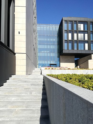The stairs, the square, the entrance to the building EFA studio di architettura _ Photo