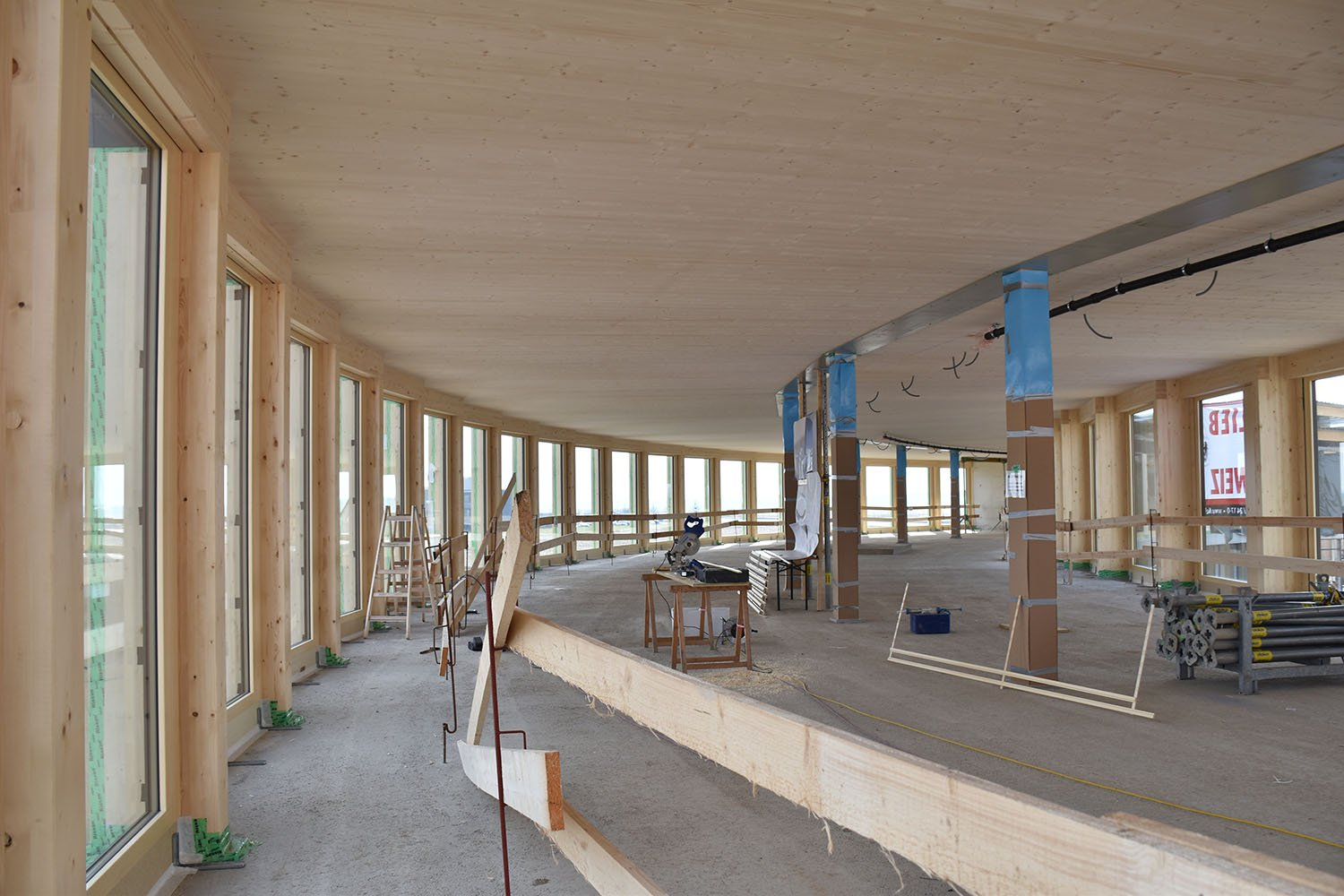 Construction Site: Supports made of wood and composite material, floor-to-ceiling beams made of reinforced concrete and wood-concrete composite ceilings are prefabricated according to the modular principle Dietrich | Untertrifaller Architekten ZT GmbH}