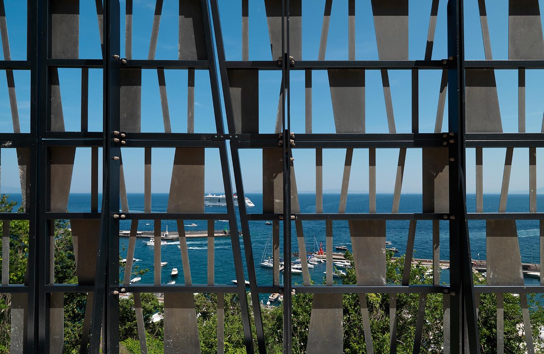 Dettaglio dei parapetti in ottone brunito, sullo sfondo il porto turistico di Capri Enrico Cano