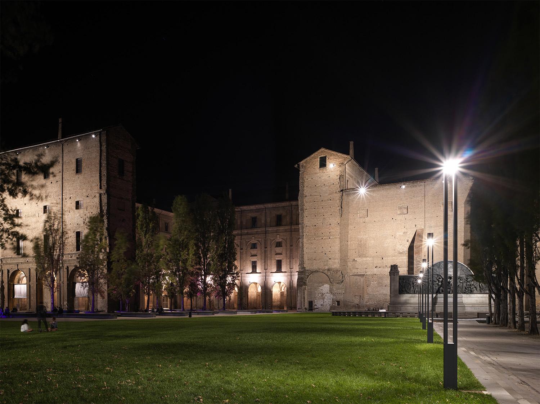 Vista nottura d'insieme: il fronte del Palazzo della Pilatto e la sua relazione con lo spazio pubblico Marco Introini, photographer