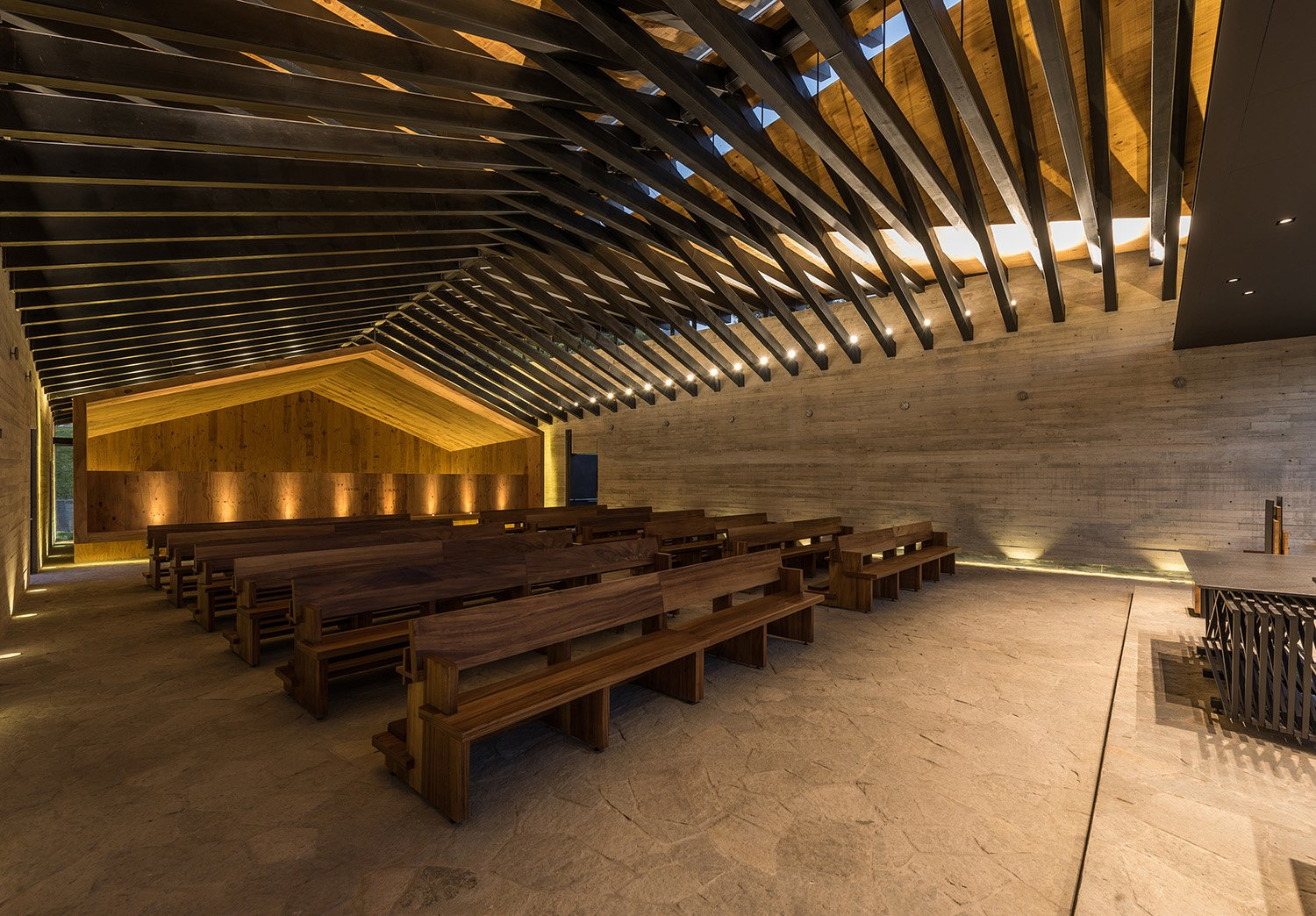 The interior is composed by a 12 wood benches for 72 people, a choir area and the altar area. Jaime Navarro Soto