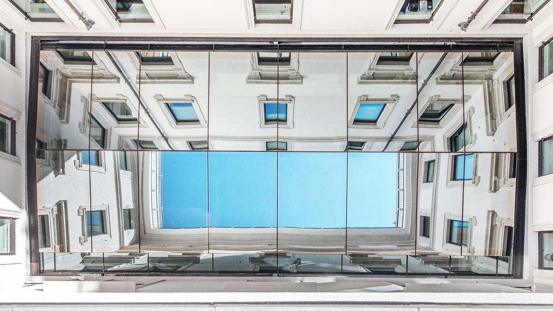 La copertura vetrata specchiata della corte Foto Giacomo Albo