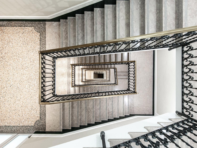 Uno dei collegamenti verticali interni: i materiali pregiati esistenti sono stati valorizzati Foto Giacomo Albo