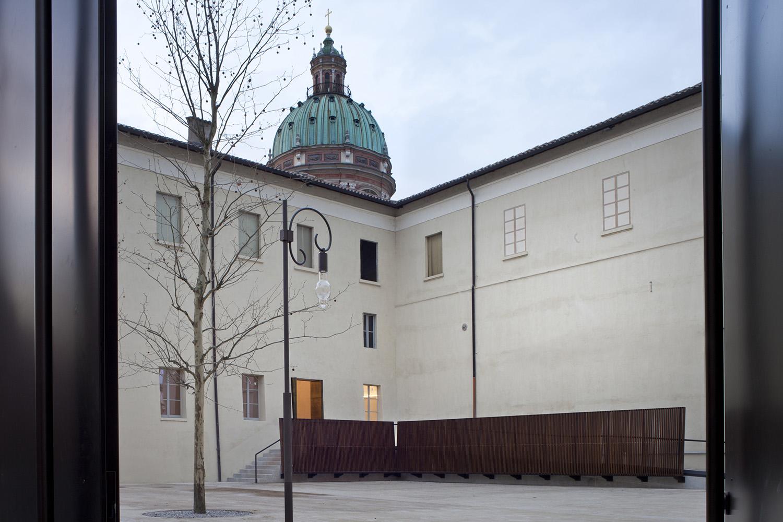 Entrance to the monumental from via Emilia San Pietro Alessandra Chemollo
