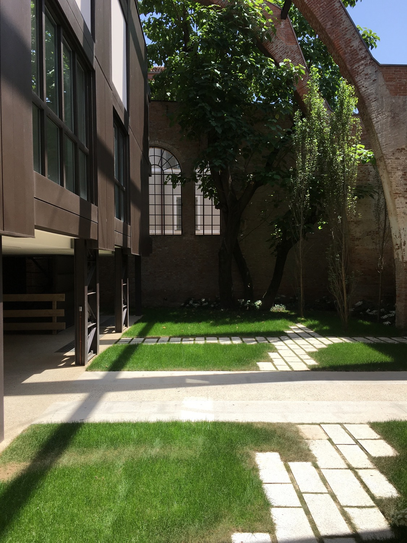Il giardino interno, la nuova struttura e la preesistente Domenico Farinaro