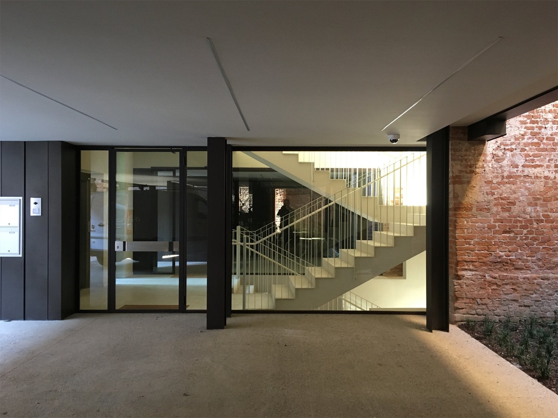 Il portico di ingresso e il vano scala Domenico Farinaro