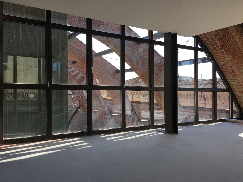 La vetrata del'appartamento all'ultimo piano e gli archi della struttura preesistente Domenico Farinaro