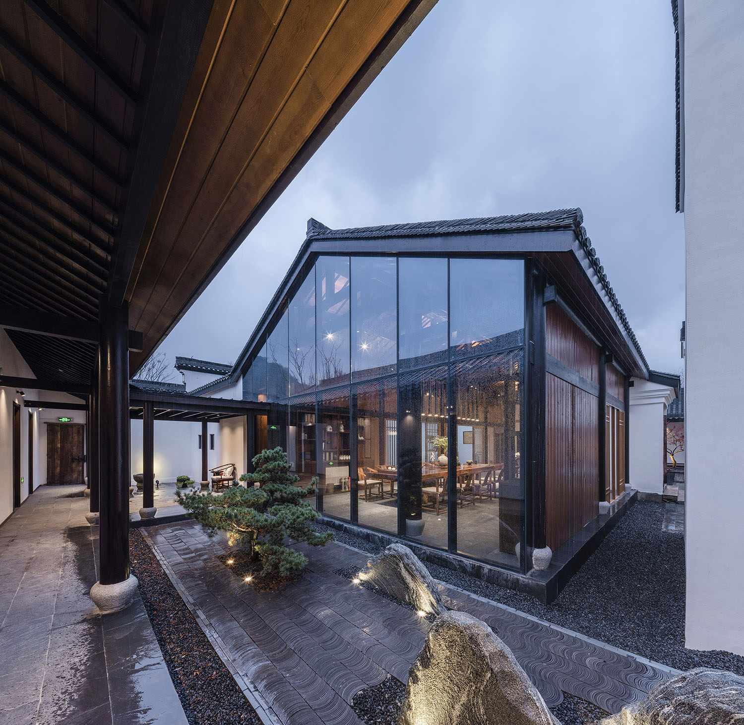 The courtyard continued with a transparent living space Fancy Image