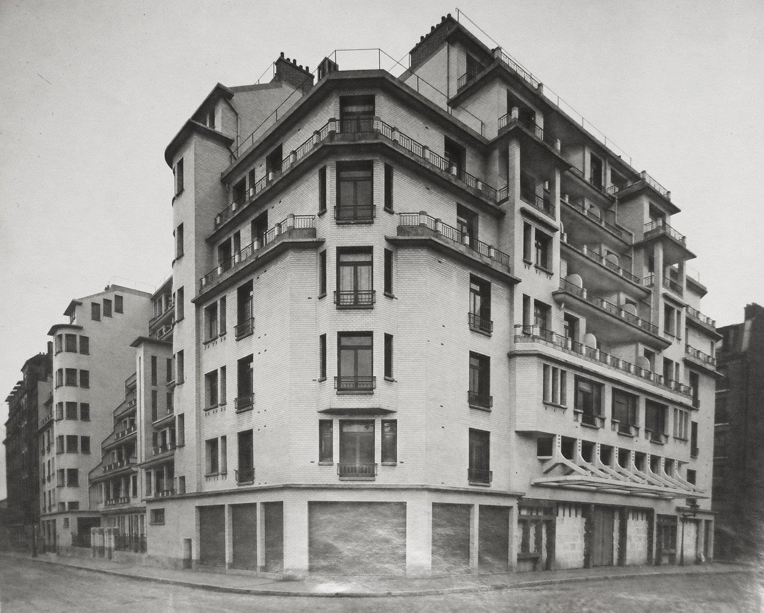 The facade of the building by French architect Henri Sauvage, 1926 © IFA}