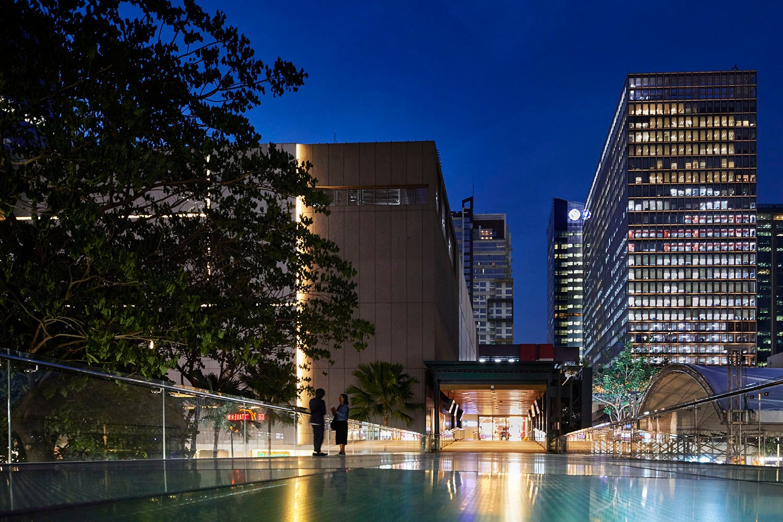 The 36m long glass bridge connecting the two stores Nacása & Partners Inc. (Nakamura Atsushi, Yamauchi, Takuya)