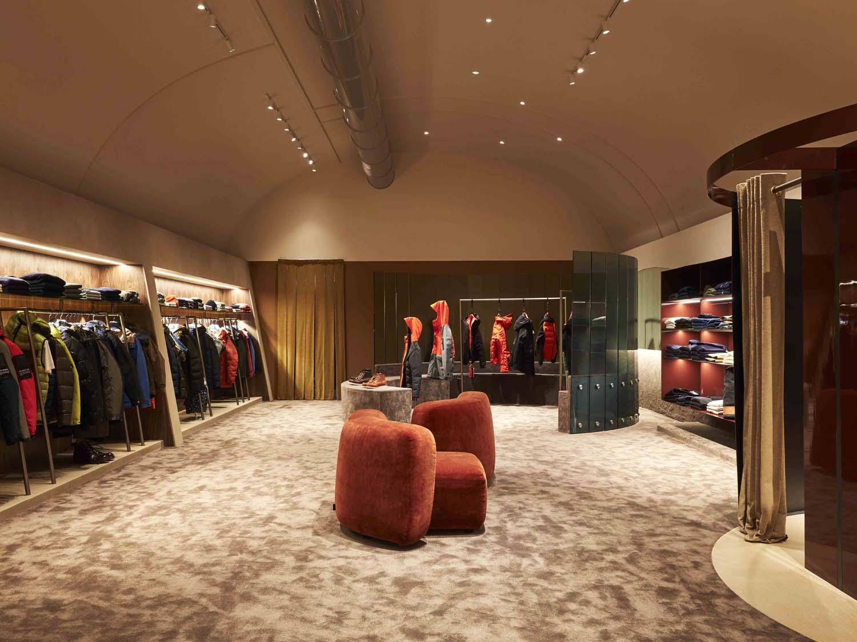 Al fondo di una sala un paravento a semicerchio in vetro diventa scenografia degli abiti più importanti Omar Sartor