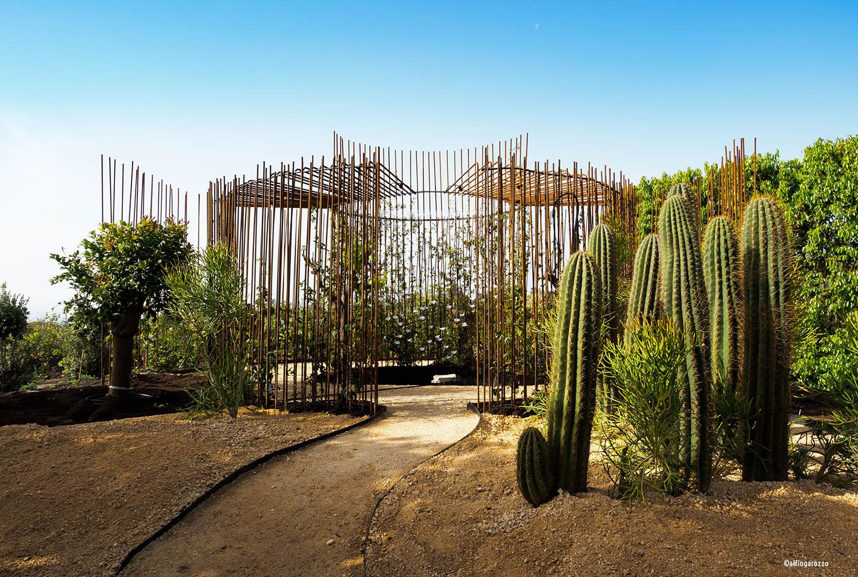 Esterno di Come back to Itaca: vista su area arida e centro del giardino Alfio Garozzo