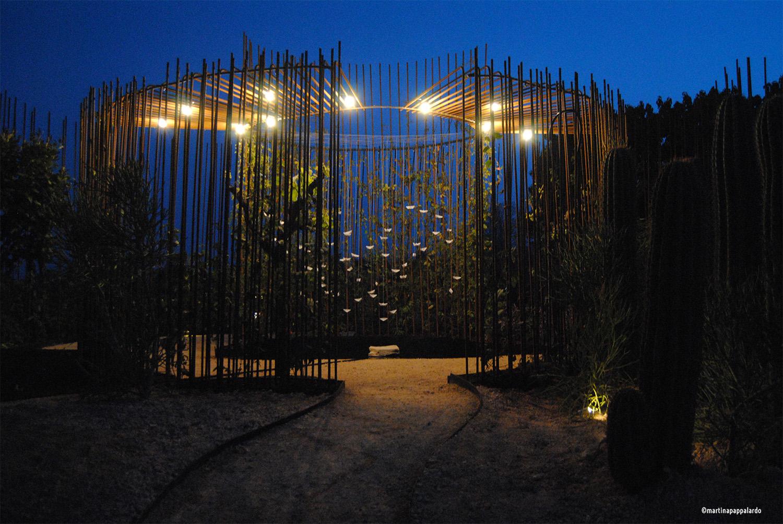 Esterno di Come back to Itaca: vista notturna su area arida e centro del giardino Martina Pappalardo