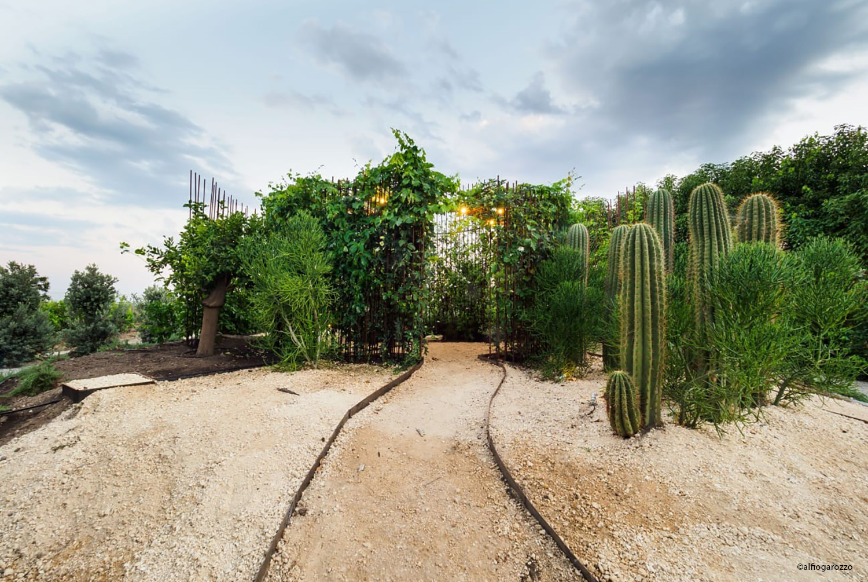 Esterno di Come back to Itaca dopo 6 mesi: vista su giardino Alfio Garozzo