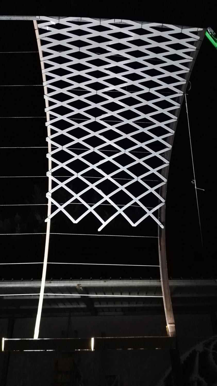 Sotto il soffitto della Scala - Dettaglio prove fissaggio reticolo in policarbonato bianco opalino I-DEA S.R.L.}