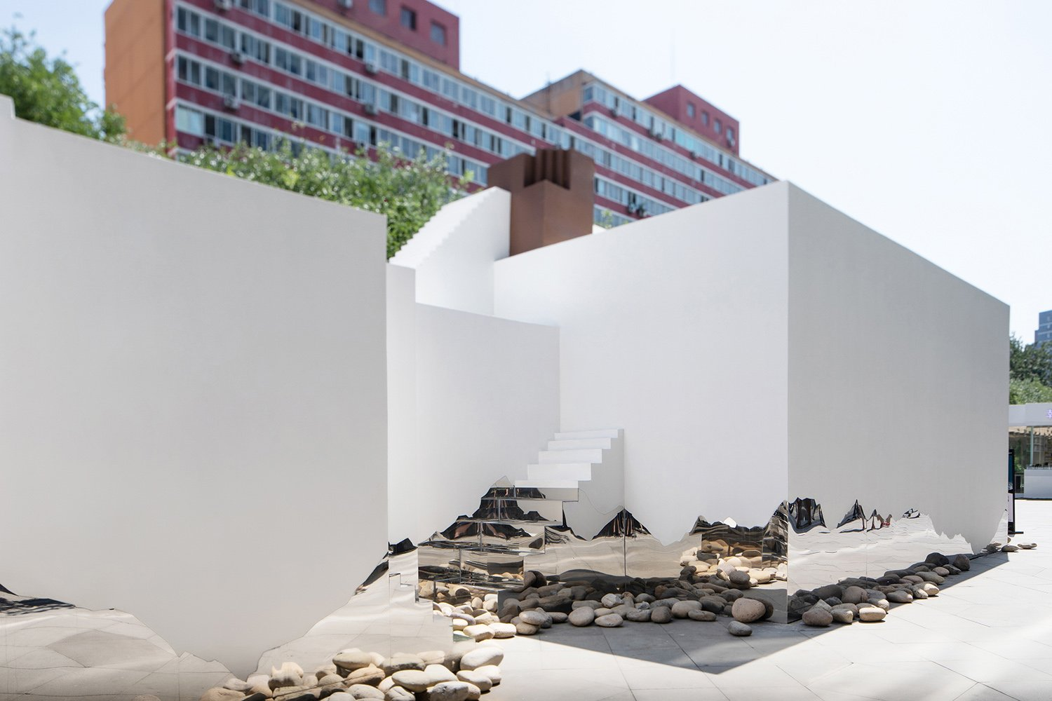 Steps make this pavilion more interesting and create a sharp contrast to the serious and dull urban space. Wang Shilu