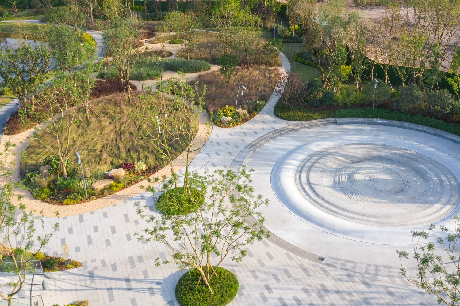 RIPPLE FOUNTAIN AND MAZE:  The design of the ripple fountain and meadow maze draws inspiration from natural phenomena such as rain and wind. SASAKI