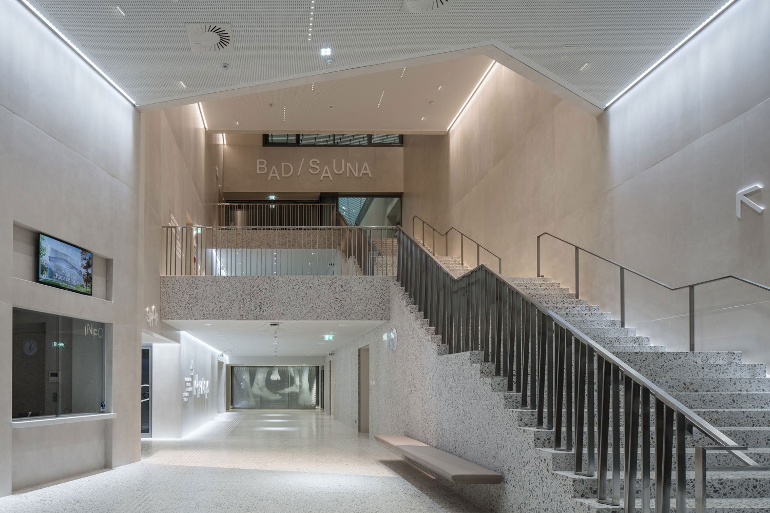 Main entrance with central stairs leading to swimming level Christian Richters │ Berger+Parkkinen Architekten