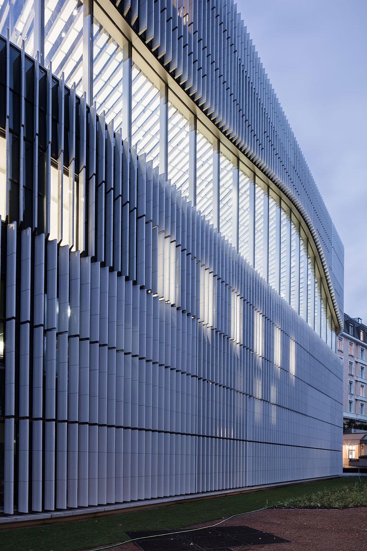 A layer of ceramic louvers surrounds the Paracelsus Bad & Kurhaus Christian Richters │ Berger+Parkkinen Architekten
