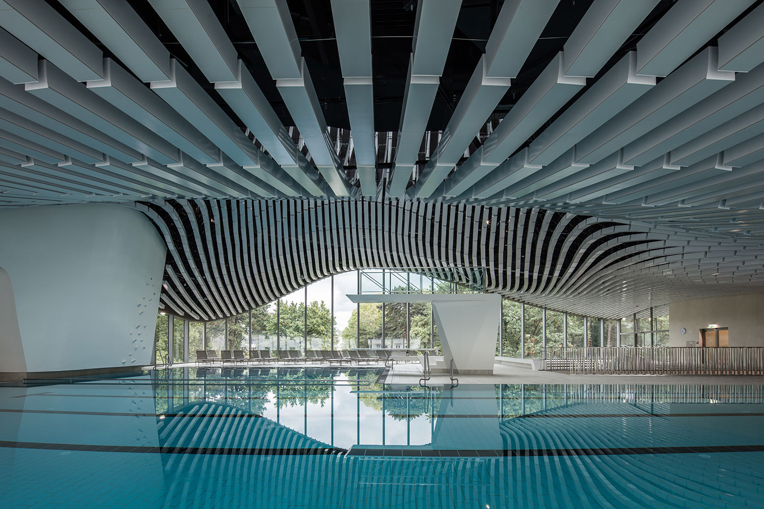 The entirely glazed swimming level opens towards the gardens and the city Christian Richters │ Berger+Parkkinen Architekten