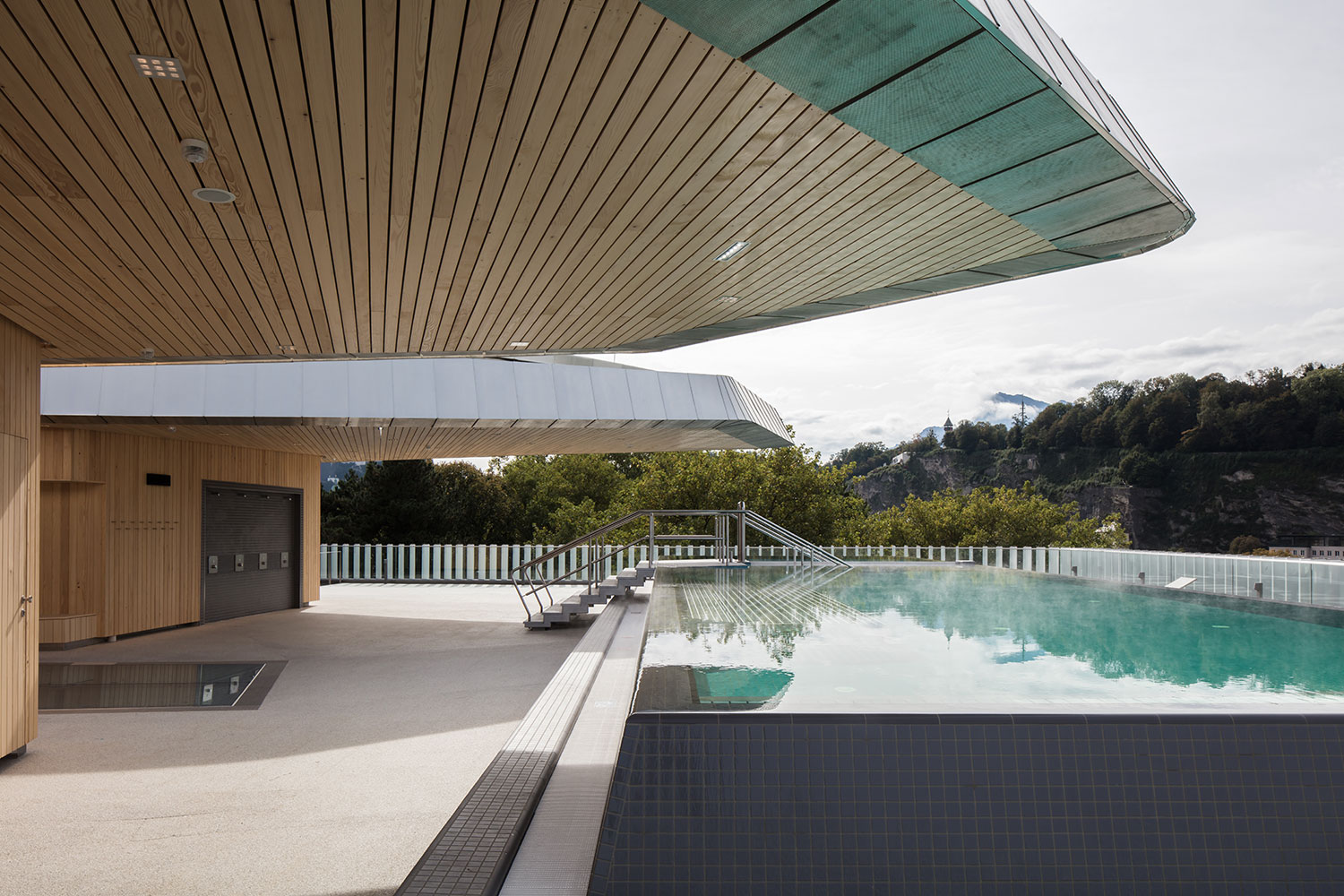 Outdoor pool with view above the city's rooftops Christian Richters │ Berger+Parkkinen Architekten