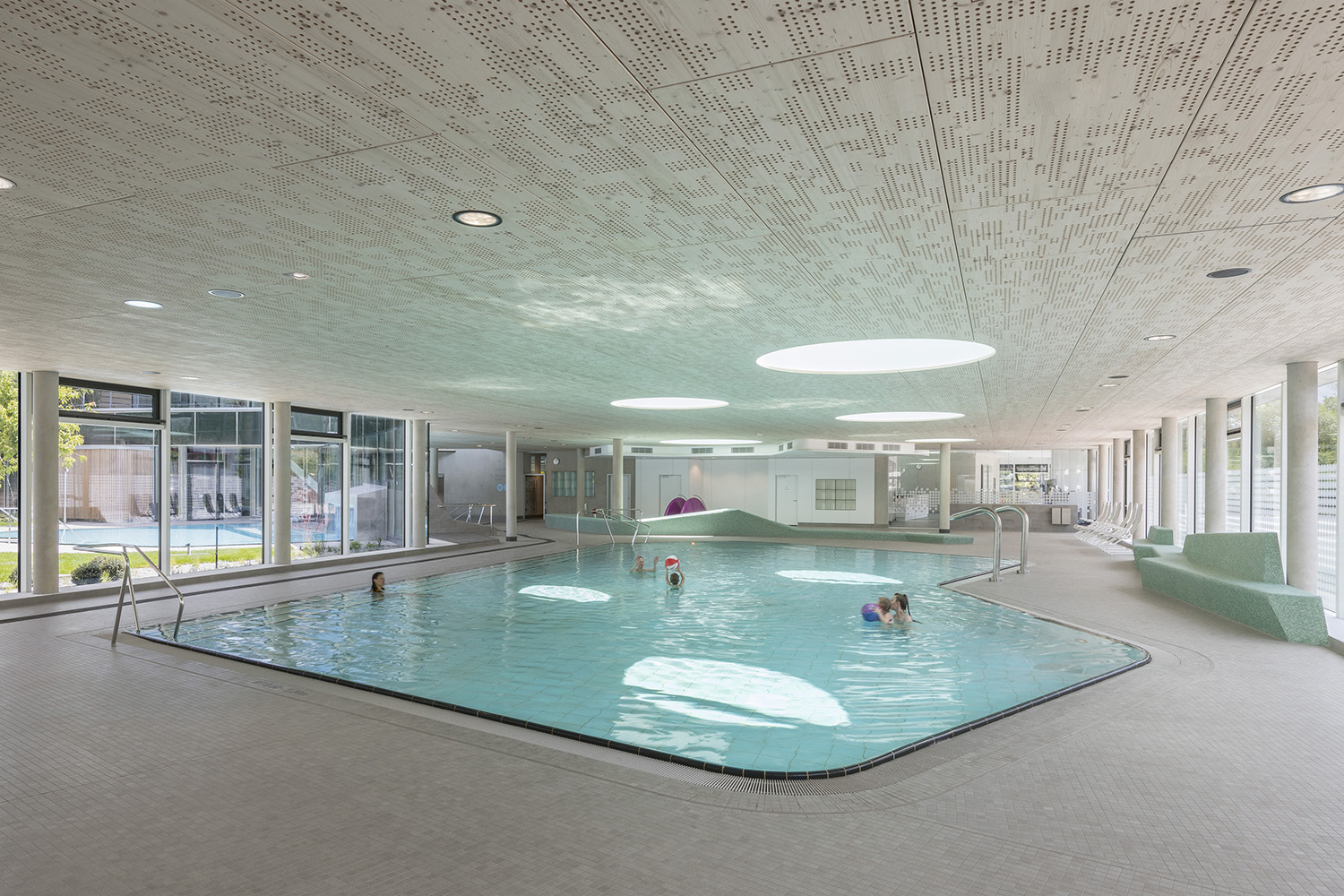 The material used for the swimming area underlines its open and transparent character. David Matthiessen