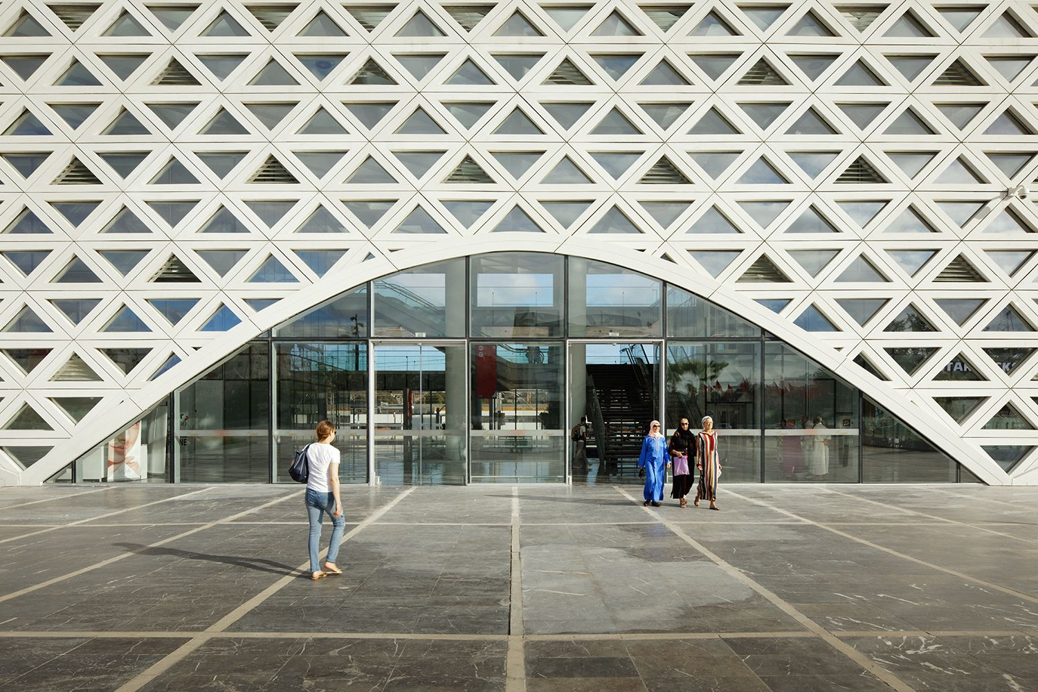 The facade opens on the forecourt thanks to 8 arches with variable geometry Takuji Shimmura