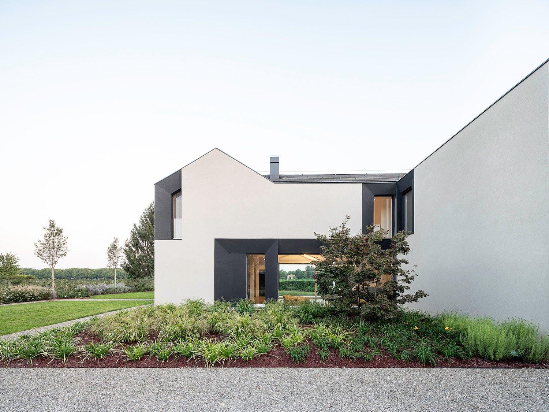 Rear Facade - North: Zen garden towards the neighbours Filippo Poli Photography