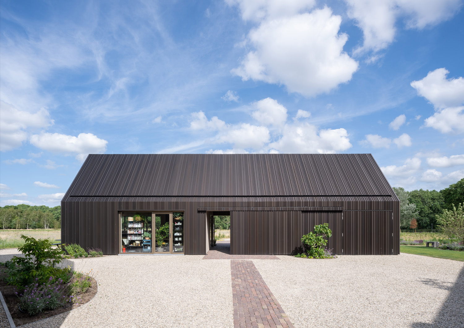 The other barn features a cooking studio where up to twenty people can participate in culinary classes, workshops and team-building activities led by the client. Ossip Architectuurfotografie