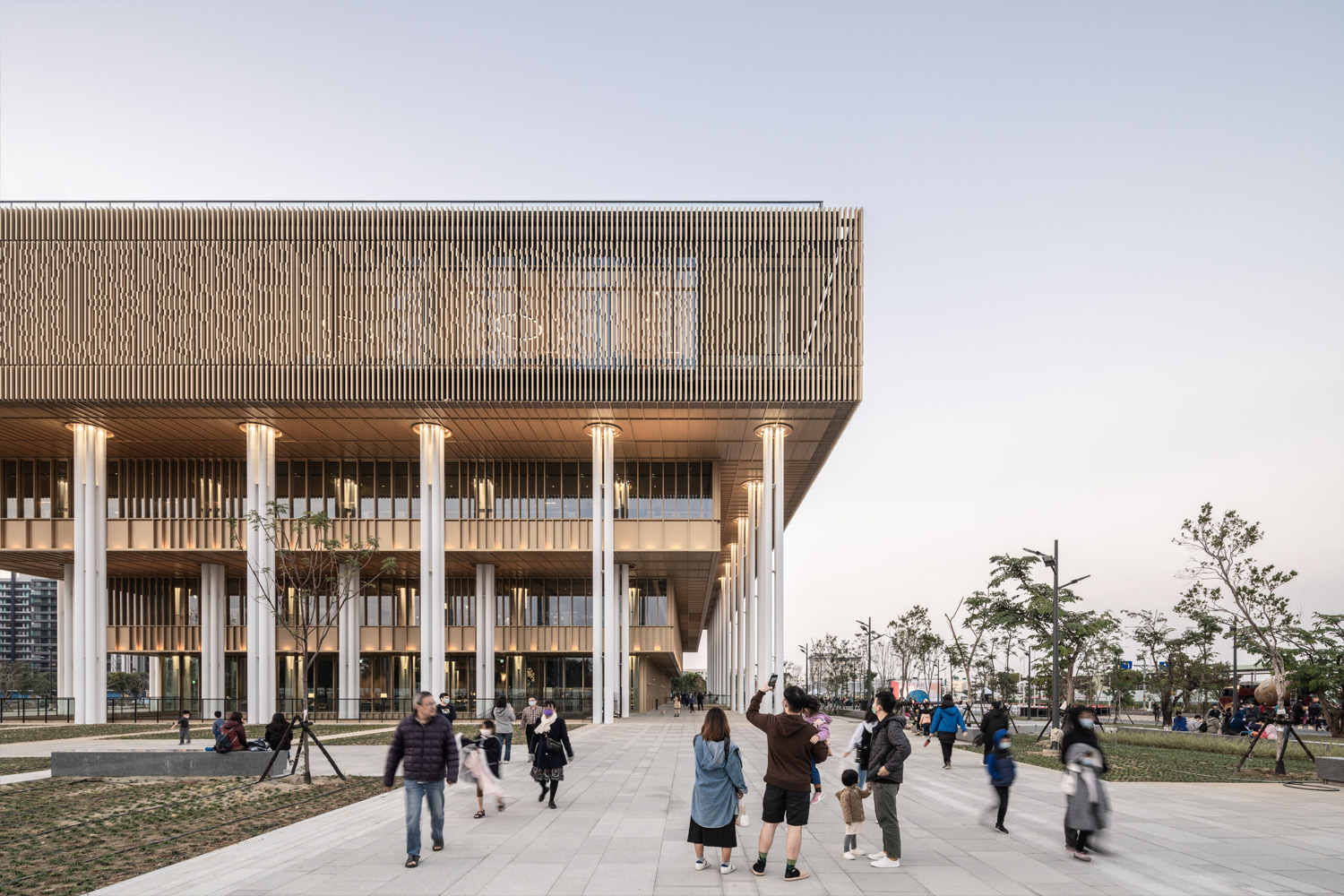 Slender columns support the cantilevers of the inverted stepped shape of the library, placed in rhythmical quartets, giving a feeling of weaving your way through a modern bamboo forest. Ethan Lee