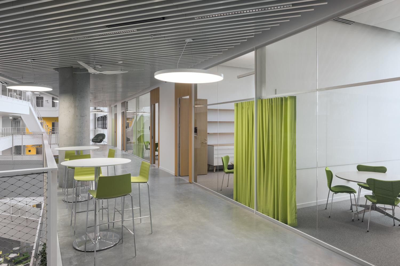 Versatile, lively meeting zones support scientific exchange and create a pleasant atmosphere. Brad Feinknopf