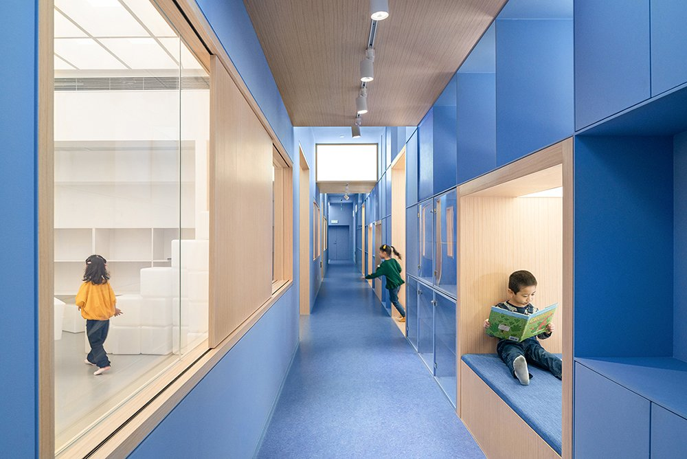 The blue spine facilitates a smooth transition from public, to semi-public (corridor), to private area (classroom) BAI Yu