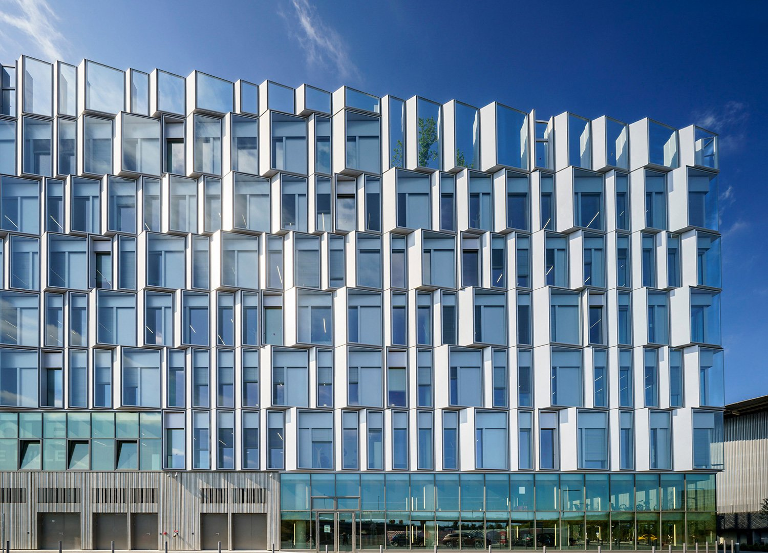 The glimmering double skin façade regulates the indoor climate and reduces reliance on climate control systems © Javier Callejas Sevilla