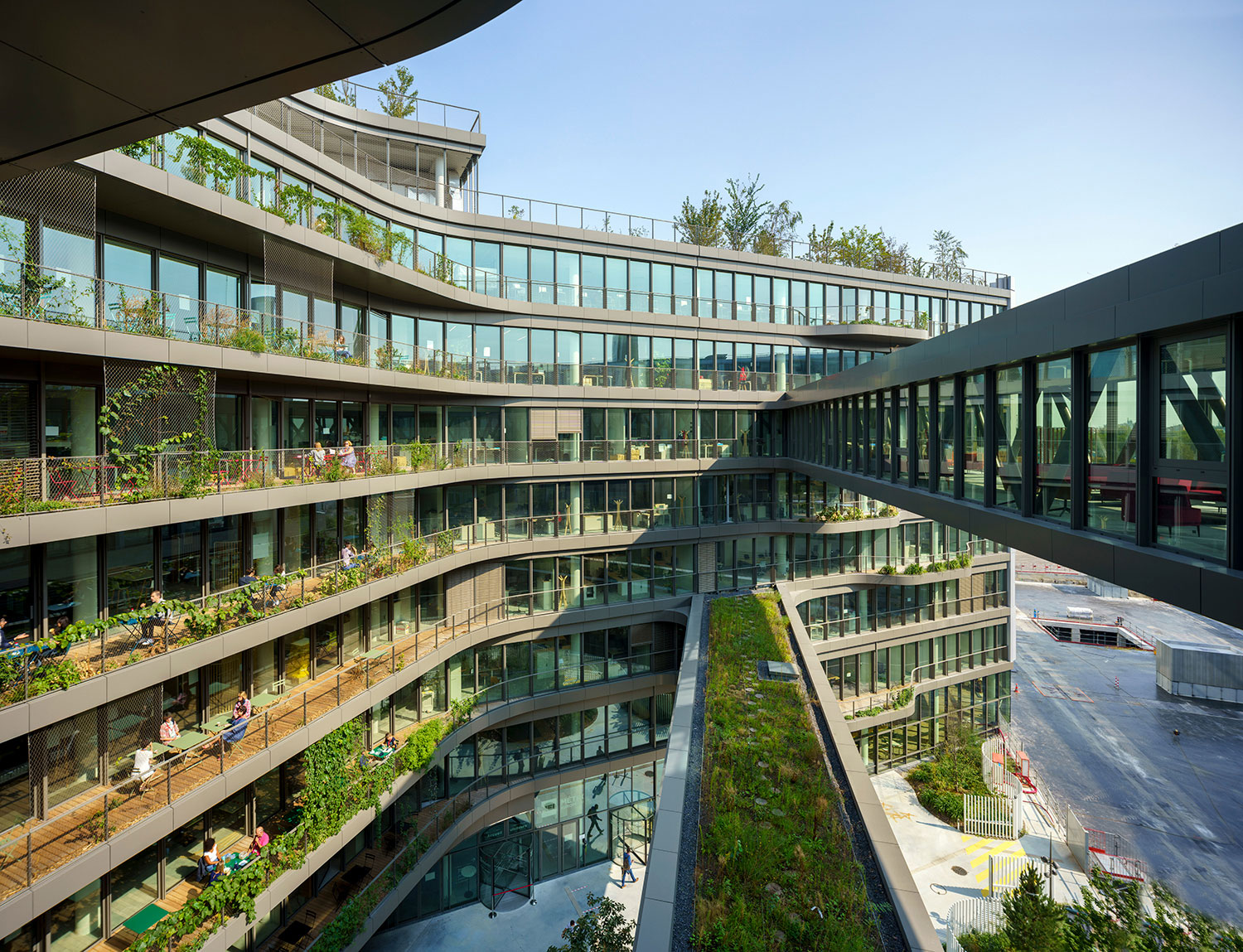 Rejecting the concept of anonymous, dead-end corridors typical of offices, employees at the Biotope move through a circular path that leads through open-air balconies, roof gardens, and skybridges © Javier Callejas Sevilla