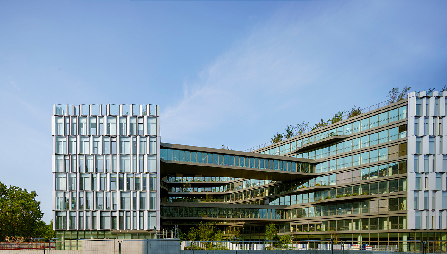 The interior façade gives an open view into the municipality at work © Javier Callejas Sevilla